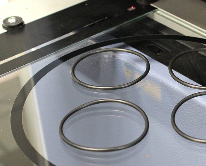 Gummi Blatt Kontrolle nach DIN ISO 3601:2010-08 oder DIN ISO 3302-01 M2